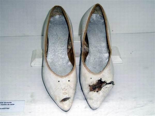 Zapatos de Nemesia expuestos en el Museo  de Playa Girón