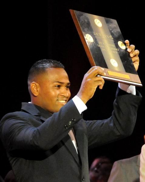 Freddy Asiel Álvarez, es premiado por ser el jugador más valioso, durante la Gala de Premiación de la 52 Serie Nacional de Béisbol. Foto: Marcelino Vázquez Hernández