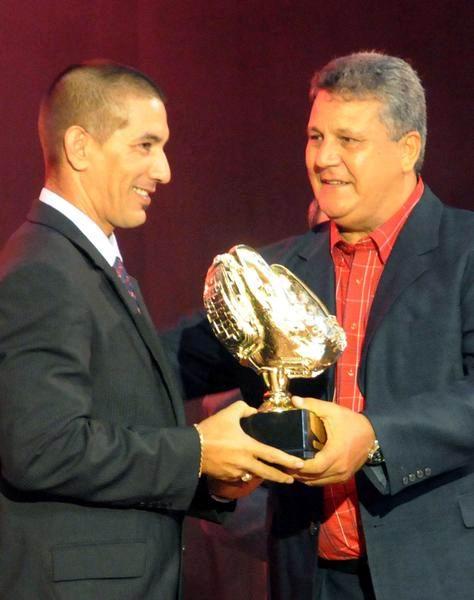 Juan Castro (D), entrega al receptor Ariel Pestano el gante de oro, durante la Gala de Premiación de la 52 Serie Nacional de Béisbol. Foto: Marcelino Vázquez Hernández