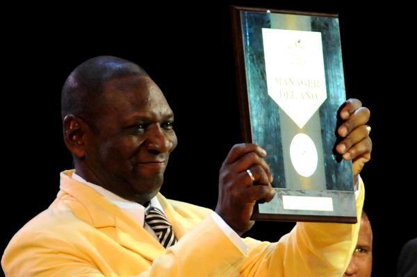 Ramón More, director del equipo villaclareño, recibió el premio al mejor manager, durante la Gala de Premiación de la 52 Serie Nacional de Béisbol. Foto: Marcelino Vázquez Hernández