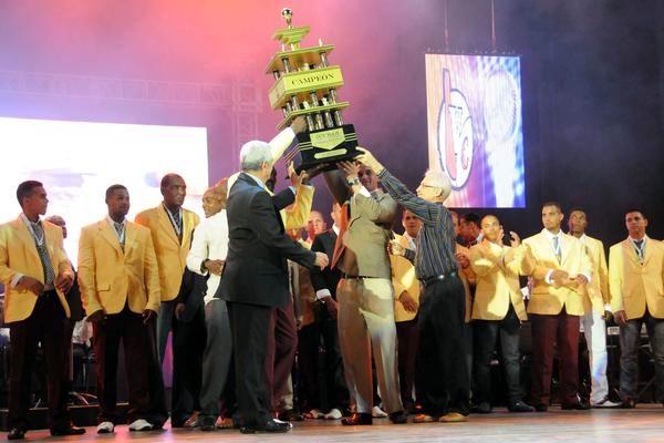 El equipo de Villa Clara recibe el trofeo que los acredita como campeones nacionales, durante la Gala de Premiación de la 52 Serie Nacional de Béisbol. Foto: Marcelino Vázquez Hernández