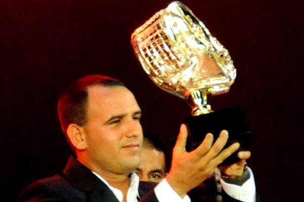 Yordan Manduley, recibe el gante de oro, durante la Gala de Premiación de la 52 Serie Nacional de Béisbol. Foto: Marcelino Vázquez Hernández