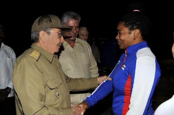 Recibió Raúl Castro a último grupo de atletas participantes en Veracruz 2014. Foto: Estudios Revolución