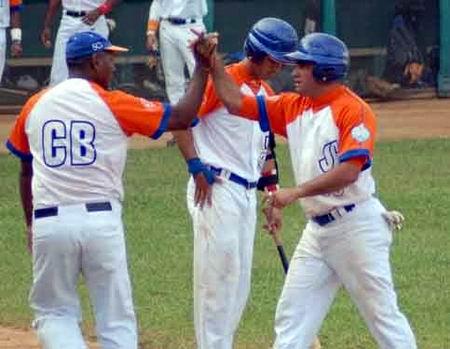 Orlando Acebey despachó su primer bambinazo de la campaña beisbolera.