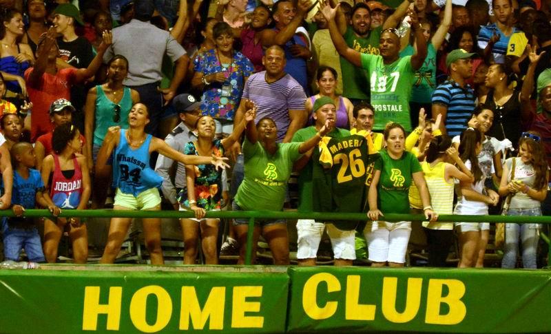 Público durante el quinto juego del play off final de la 55 Serie Nacional de Béisbol entre los equipos Los Tigres de Ciego de Ávila y los Vegueros de Pinar del Río, en el estadio Capitán San Luis, en la capital pinareña, el 12 de abril de 2016. ACN FOTO/Marcelino VÁZQUEZ