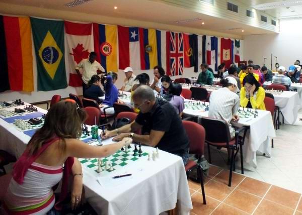 Destacados ajedrecistas se reúnen en el capitalino Hotel Riviera para demostrar sus habilidades sobre el tablero de las 64 casillas. Foto Abel Rojas.
