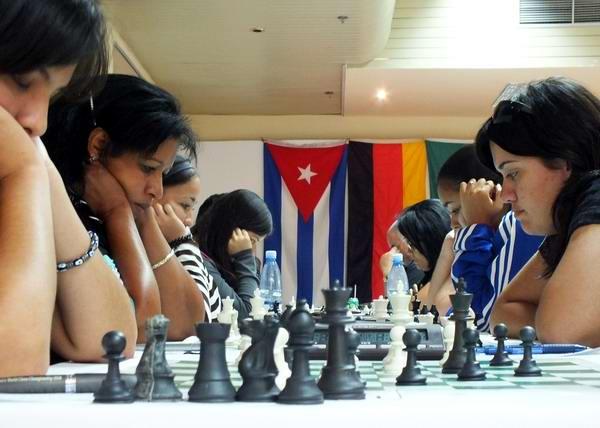 Muchas son las mujeres que también incursionan en el ajedrez. Foto Abel Rojas.