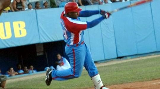 Despaigne que logra su onceno cuadrangular con bases llenas de por vida y su número 242 en la pelota cubana