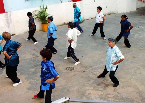 La tercera edad también tiene su espacio en la práctica de ejercicios físicos en Cuba. Foto Abel Rojas