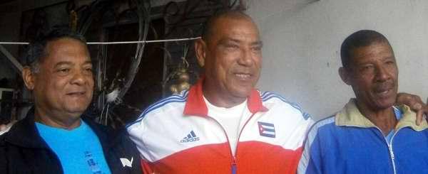 Antonio Muñoz y otros expeloteros de su equipo de Cienfuegos. Foto Mireya Ojeda