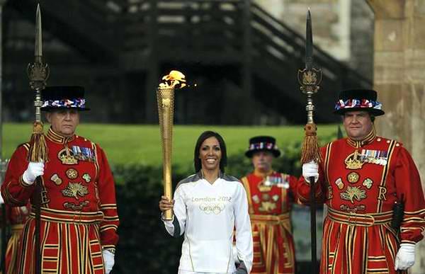 La llegada de la Antorcha Olímpica al mismo corazón de Londres y la cercanía de los Juegos Estivales, comienzan a despertar el interés por conocer quién encenderá el pebetero el próximo día 27. Foto EFE