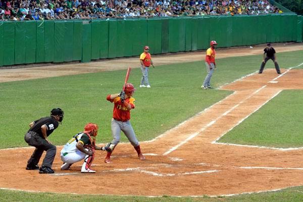 Ariel Martínez, segundos antes de disparar el jonrón que a la postre resultó decisivo. Foto: Katheryn Felipe