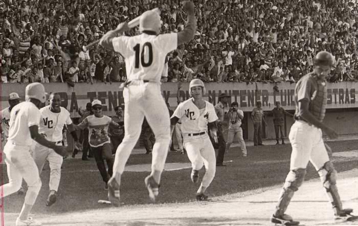 Ariel Pestano anota la carrera del gane, que dio el título a Villa Clara en la XXXIII Serie Nacional de Béisbol, remolcado por un sencillo de Michel Perdomo.