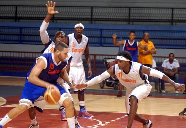 Partido entre los Tigres agramontinos, y Capitalinos (azul) en juego correspondiente a la Liga Superior de Baloncesto, en la sala Rafael Fortún, en Camagüey, Cuba, el 5 de noviembre de 2012. Foto: Rodolfo Blanco/AIN.