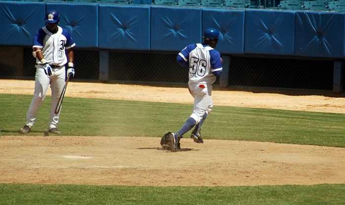 Carlos Tabares empató el partido con un sencillo en el 8o inning. Foto: Sergei Montalvo