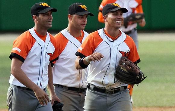 Carrillo, Borroto y Yeniet, disfrutando el triunfo de Villa Clara. Foto: Ismael Francisco