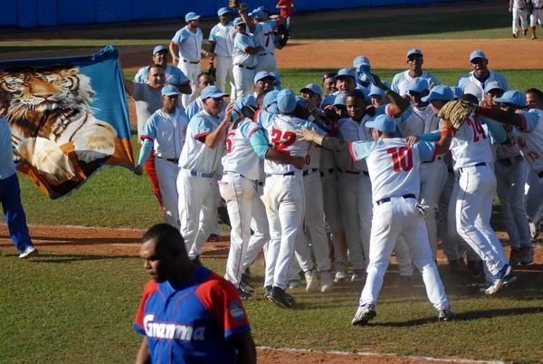 Los Tigres avileños celebran la victoria ante los Alazanes granmenses, que los lleva a la discusión del título de la 54 Serie Nacional de Béisbol, en Ciego de Ávila, Cuba, el 31 de marzo de 2015. Foto: Oscar Alfonso
