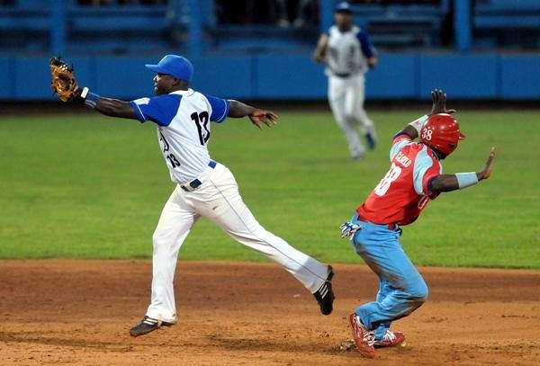 Segundo juego de la gran final de la 51 Serie Nacional de Béisbol, entre los conjuntos de Industriales y Ciego de Ávila, en el estadio Latinoamericano, en La Habana, Cuba, el 22 de mayo de 2012. Foto: Marcelino Vázquez/AIN