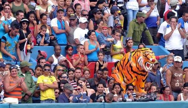 Juego inaugural entre los equipos Industriales y Ciego de Ávila, en la XLII Serie Nacional de Béisbol, en el estadio avileño José Ramón Cepero, el 25 de noviembre de 2012. AIN FOTO/Marcelino VAZQUEZ HERNANDEZ