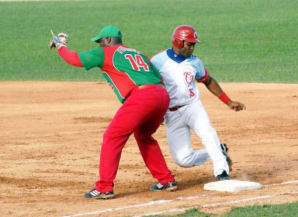Joan Carlos Pedroso (I) y Yoelvis Fiss (D) en el tercer juego entre Las Tunas y Ciego de Ávila, en el play off de la zona oriental. Foto: Osvaldo Gutiérrez Gómez/AIN