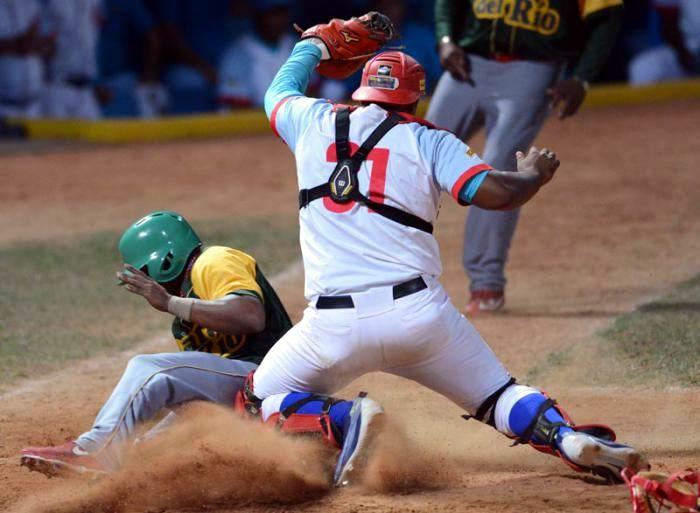Los Tigres de Ciego de Ávila, campeones vigentes, iniciaron con buen paso la final de la pelota cubana al vencer 9x4 a Vegueros de Pinar del Río. Foto: Ricardo Lóprez Hevia