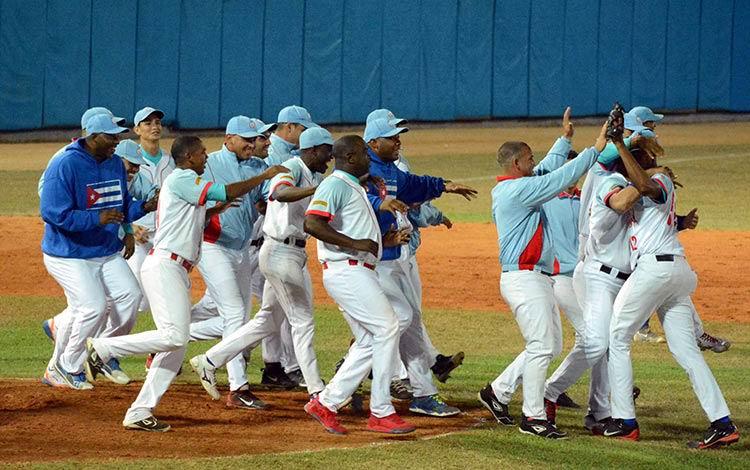Los Tigres avileños festejaron su victoria en el play off semifinal. Ahora esperan por su rival, que saldrá del play off entre Granma y Matanzas. Foto: Osvaldo Gutiérrez Gómez