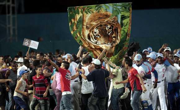 El público tomó el terreno al concluir el partido para celebrar junto a los peloteros. Foto: Ismael Francisco/Cubadebate