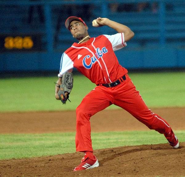 El lanzador zurdo Darién Núñez ocupará el puesto del también siniestro Leandro Martínez en el staff cubano. Foto: Juan Moreno