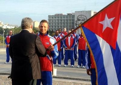 El espirituano y capitán del equipo Yulieski Gourriel, recibió la bandera nacional de manos de Miguel Díaz-Canel, miembro del Buró Político del Partido Comunista de Cuba y vicepresidente del Consejo de Ministros. Foto: Calixto Llanes