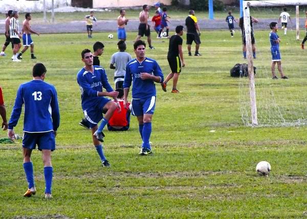 El fútbol se vive con mucha pasión entre la juventud cubana. Foto Abel Rojas
