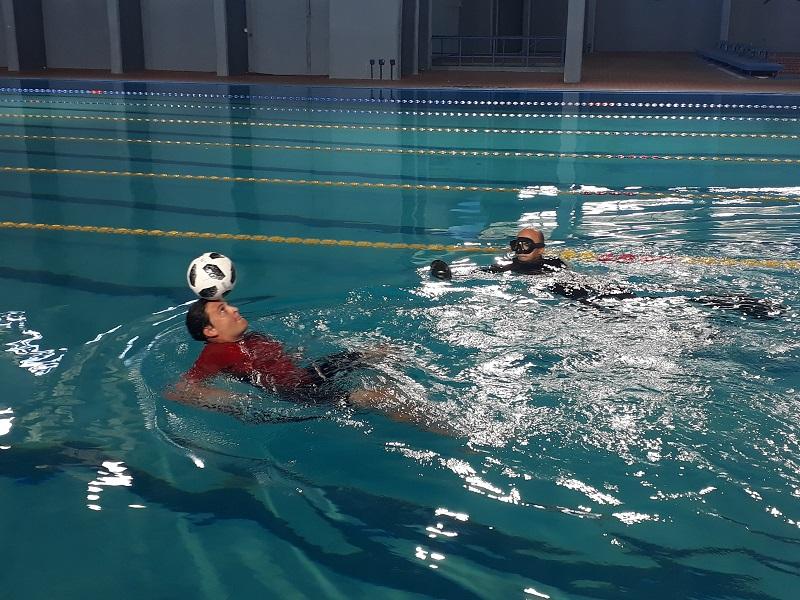 Jhoen Lefont mientras intentaba lograr sus dos nuevas marcas en dominio del balón en el agua
