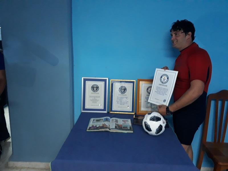 Jhoen Lefont con sus certificados de homologación en el Libro Guiness