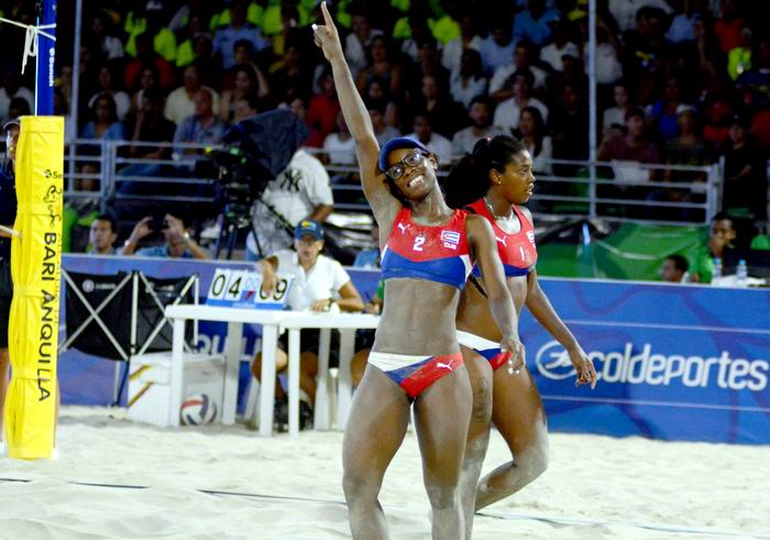La dupla de Cuba integrada por Leila Martínez y Maylen Delis, gaño medalla de Oro en el voleibol de playa femenino de los XXIII Juegos Centroamericanos y del Caribe, al vencer a su similar de Colombia, en Avenida del Río-Puerta de Oro, en Barranquilla, Colombia, el 1 de agosto de 2018. ACN FOTO/Ricardo LÓPEZ HEVIA