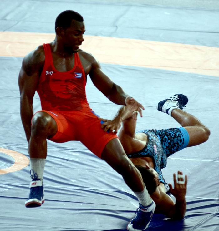 El luchador cubano Franklin Maren (rojo), 74 kg, ganó la medalla de Oro, tras vencer en la final, cinco por cero, al puertorriqueño Franklin Gómez, en lucha libre de los XXIII Juegos Centroamericanos y del Caribe, en Barranquilla, Colombia, el 2 de agosto de 2018. ACN FOTO/Ricardo LÓPEZ HEVIA