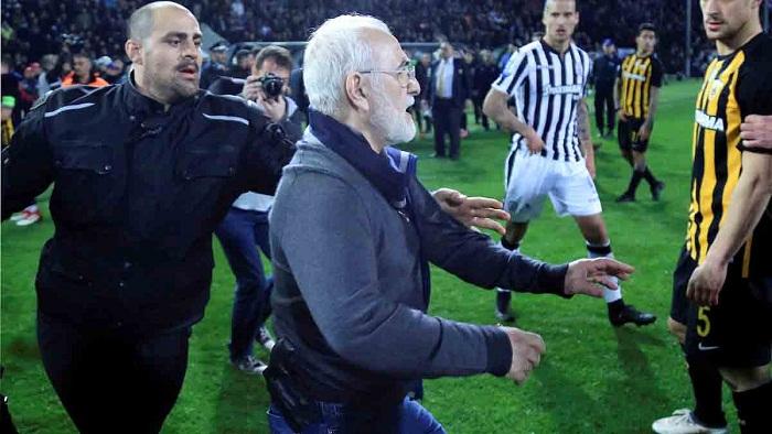 Presidente de club griego arrepentido por entrar armado al campo