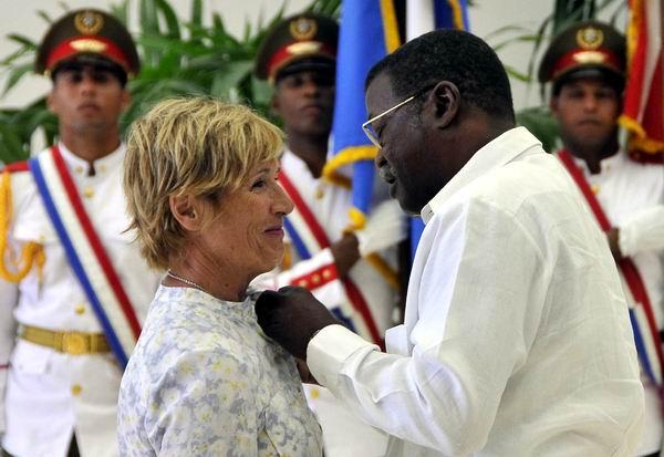 Recibi� Diana Nyad en La Habana la Orden al M�rito Deportivo