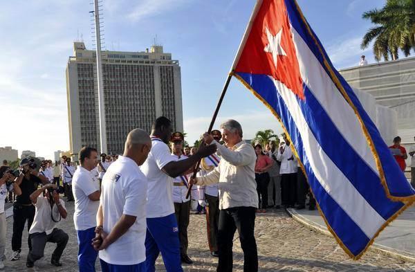 Miguel Díaz-Canel Bermúdez (CD), entregó hoy al pentacampeón mundial, Mijaín López (CI), la bandera nacional que acompañará a la delegación de la isla a los XVII Juegos Panamericanos en Toronto, Canadá, durante el acto de abanderamiento en el Memorial José Martí, en La Habana. Foto: Marcelino Vázquez