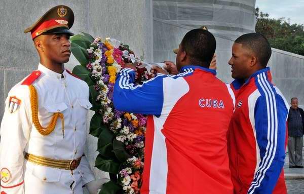 Atletas de la escuadra cubana de béisbol que intervendrá en el III Clásico Mundial, depositan una ofrenda floral al héroe nacional de Cuba José Martí, durante la ceremonia de abanderamiento, en el Memorial José Martí, en La Habana, el 14 de febrero de 2013. Foto: Omara García/AIN