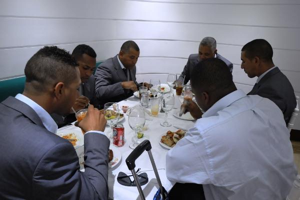 Parte del equipo cubano degusta una comida tras su llegada a Margarita, para participar en la Serie del Caribe. Entre ellos Ariel Pestano y Yuliesky Gourriel. Foto Avelino Rodríguez