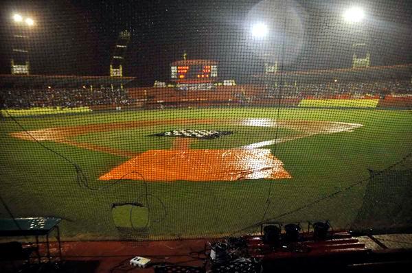 La lluvia hizo presencia este martes en el estadio Victoria de Girón.Foto: Juan Moreno