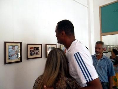 Felix Savón en la Expo de fotografías en la galería del Cine- Teatro Tunas. Foto: Olivares  Chávez.