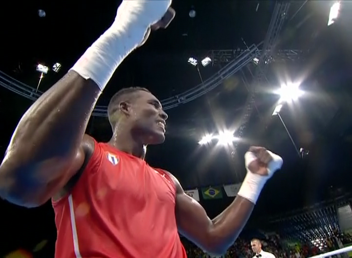 Julio César La Cruz festeja el primer oro olímpico del boxeo cubano en Río