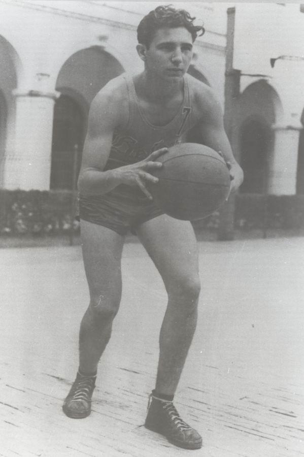 En su época de estudiante se destacó como corredor de medio fondo, lideró sus equipos en las canchas de baloncesto