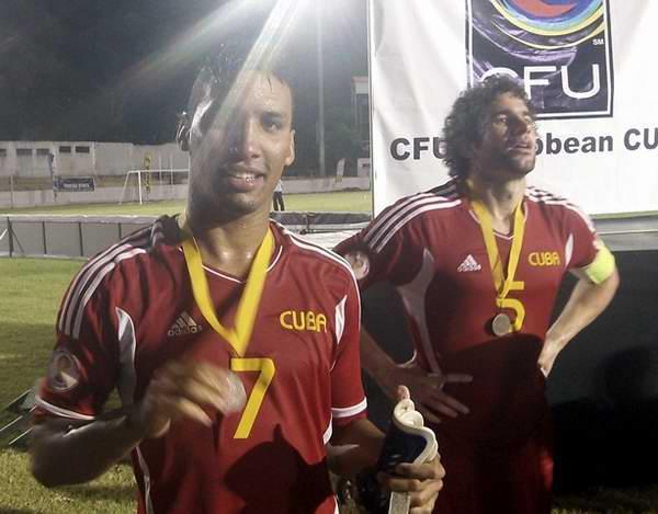 El goleador Marcel Hernández (izquierda) junto al defensa Jorge Luis Clavelo al concluir el torneo. Foto tomada de JIT