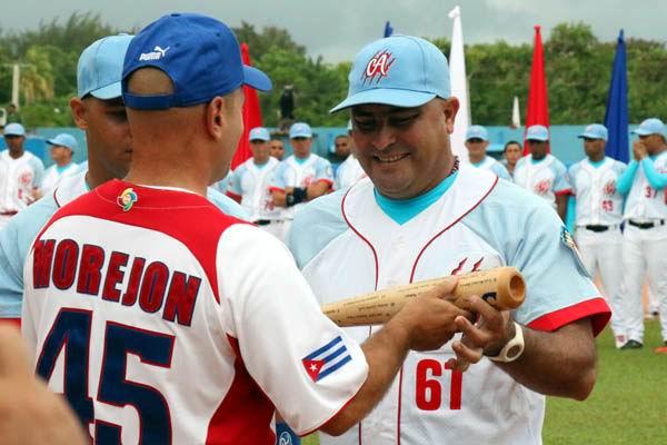 Gerardo Hernández obsequió bates a los Tigres. Foto: Armando Rodríguez
