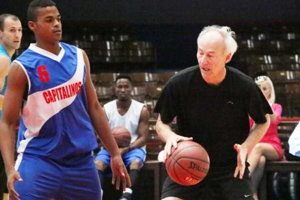 El gobernador de Arkansas Asa Hutchinson jugó par de cuartos de baloncesto con el equipo Capitalinos en el tabloncillo de la Ciudad Deportiva. Foto José L. Anaya