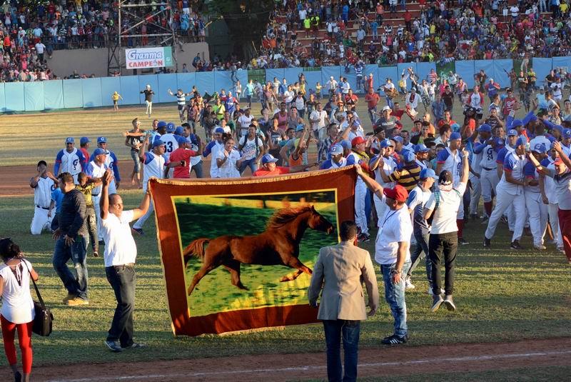 La afición se lanzó al terreno a festejar el primer título de Granma en Series Nacionales. Foto: Osvaldo Gutiérrez