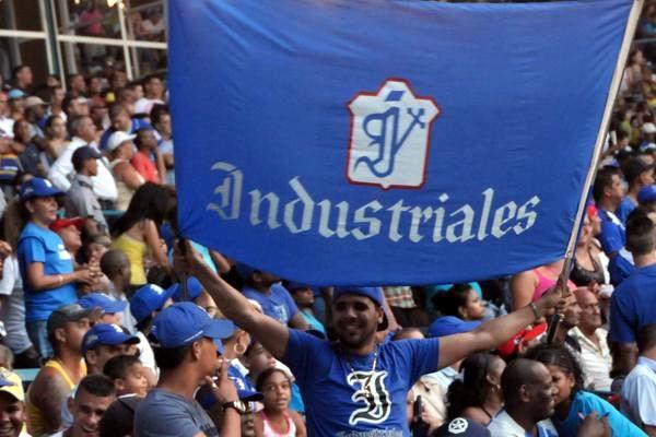 Seguidores de Industriales en el Latinoamericano en la semifinal occidental de la 51 SNB. Foto: Marcelino Vazquez