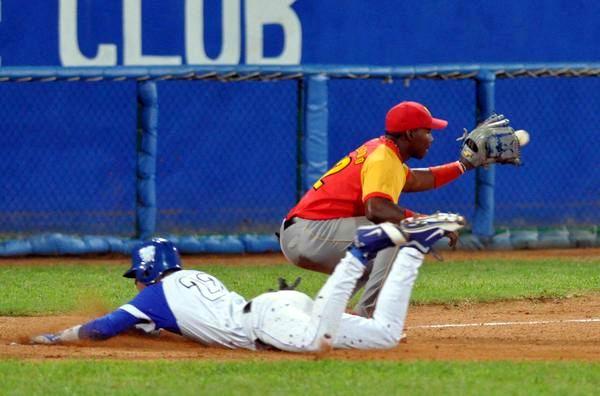 Miguel Antonio Vargas (I) ,llega quieto a tercera base, durante el encuentro entre los equipos de Matanzas e Industriales en la 54 Serie Nacional de Beisbol, en el estadio Latinoamericano, el 14 de enero de 2015. Foto: Marcelino Vázquez