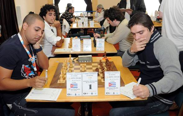 El GM cubano Isam Ortiz (I) se enfrenta al GM Lázaro Bruzón (d) en el Continental de ajedrez en Bolivia.